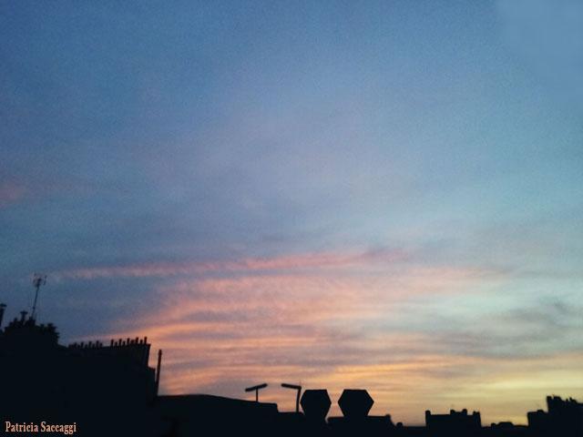 Ciel rose et bleu sur toile  noire