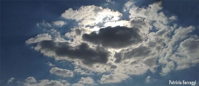 Lueurs claires sous nuages sombres